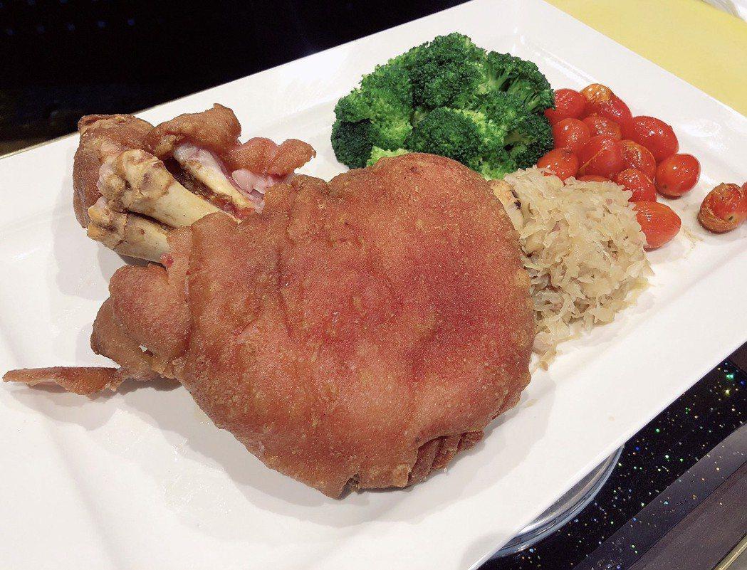 獲今年兩岸十大名菜的「脆皮豬腳」,採用台灣黑豬前腿,風味絕美。蘇璽文/攝影