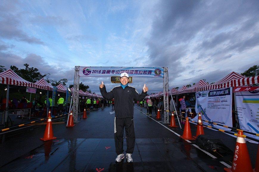 近60歲的郭豐州,跑齡超過30年。他將跑步當作健康保養、四處旅遊的方式。(圖片來...