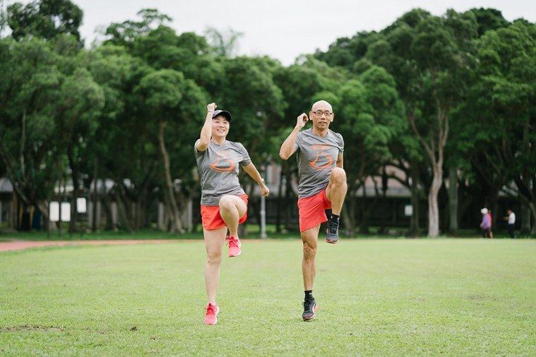 59歲的體適能教練金道一和太太Olivia皆是跑步愛好者。3人也主辦「熟齡輕慢跑...