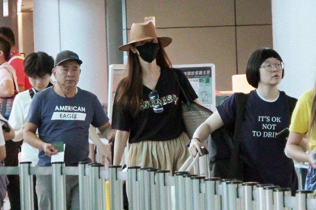 林志玲「孕」味十足的照片,23日也遭爆料穿著同一套衣服,被網友誇讚勤儉持家。圖/
