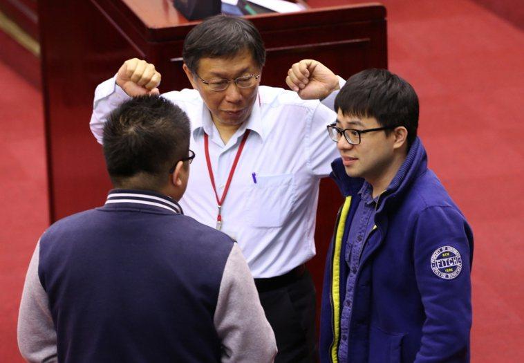 台北市長柯文哲到市議會接受市政總質詢,趁在休息的時候伸懶腰。記者徐兆玄/攝影