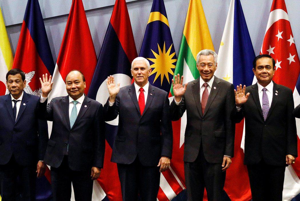 新加坡位居南洋戰略要地,長期作為大國之間折衝的樞紐。圖為2018年的東南亞國家協會(ASEAN),右二為新加坡總理李顯龍。 圖/路透社