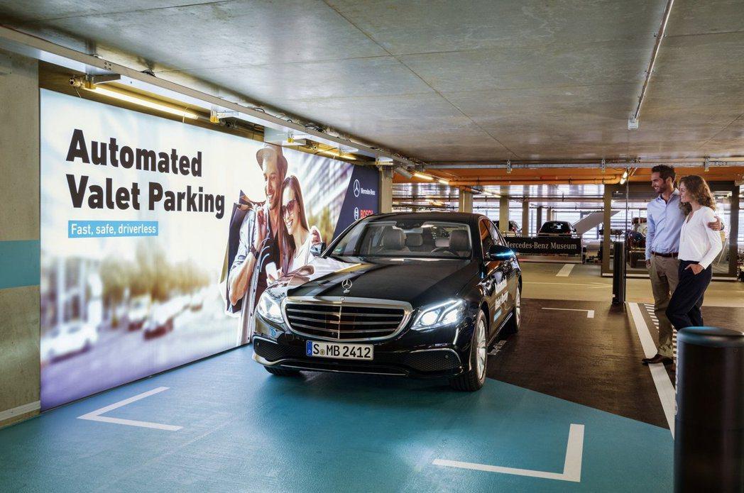 入停車場的泊車區下車後,即可使用手機App啟動自動停車系統。 摘自Mercede...