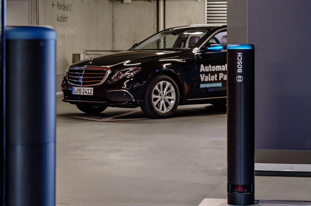 Bosch開發的特殊環境傳感器,便可和系統連線,規劃出停車路徑。 摘自Merce...