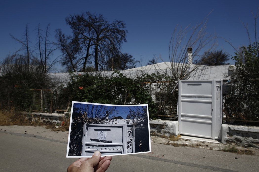 一年前的大火後,消防員與各方的救難隊前來搜索失蹤的人們,當時這家人在門口貼上「W...