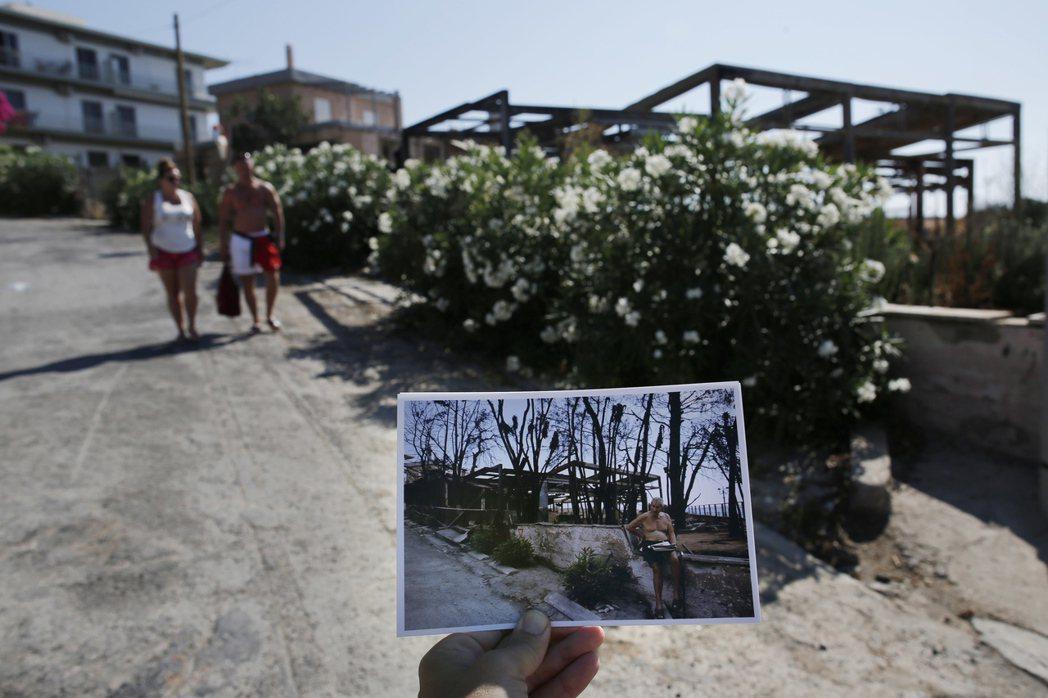 這對旅客途經的斜坡旁正開滿了花。一年前這裡的樹木被燒得焦黑,一名男子正等待官方的...
