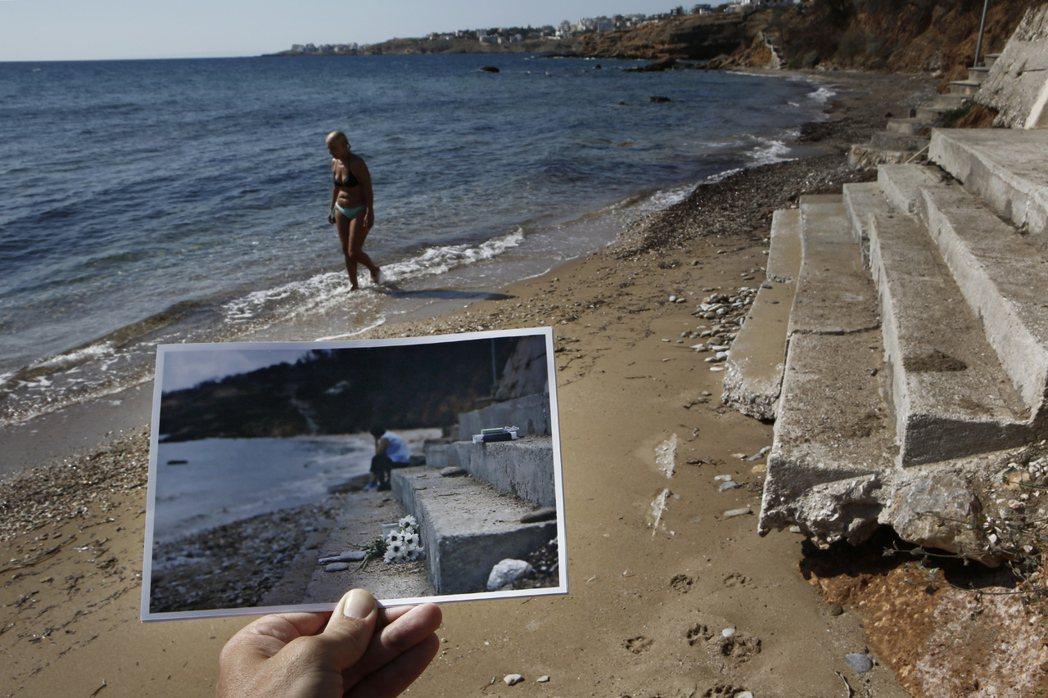 同一片海灘,在一年前的階梯上曾擺放一束白花,為了悼念一名被燒死的6個月大的嬰兒。...