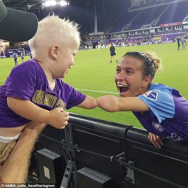 小喬瑟夫和卡森在足球場邊重逢,兩人興奮擊拳。圖擷自Instagram tiddb...