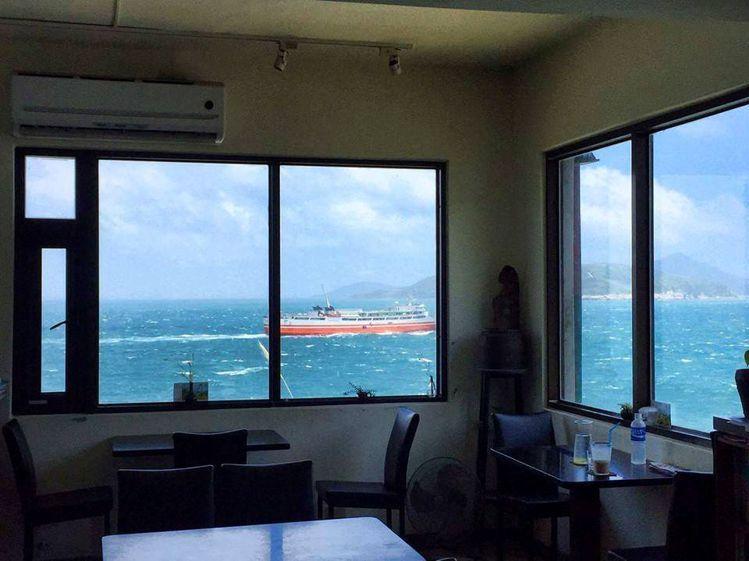 坐在店內就能欣賞蔚藍海面上的來往船隻。圖/女子學提供