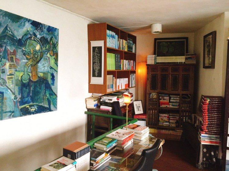 上千本書籍都是曹以雄多年來的收藏。圖/女子學提供