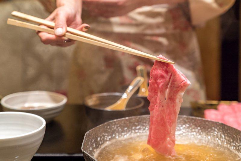 網友在小火鍋的白飯中加入冬瓜茶。(示意圖)圖片來源/ingimage