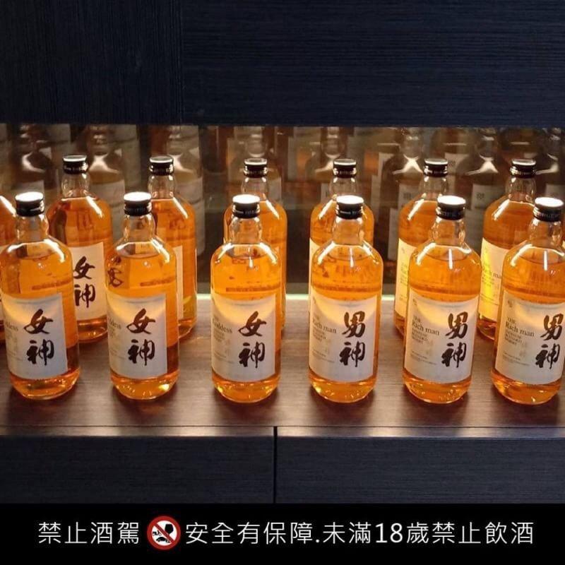 市售威士忌酒標千篇一律,能將自己想寫的文字印製在酒瓶上,相當別出心裁。曹珍珍/提...