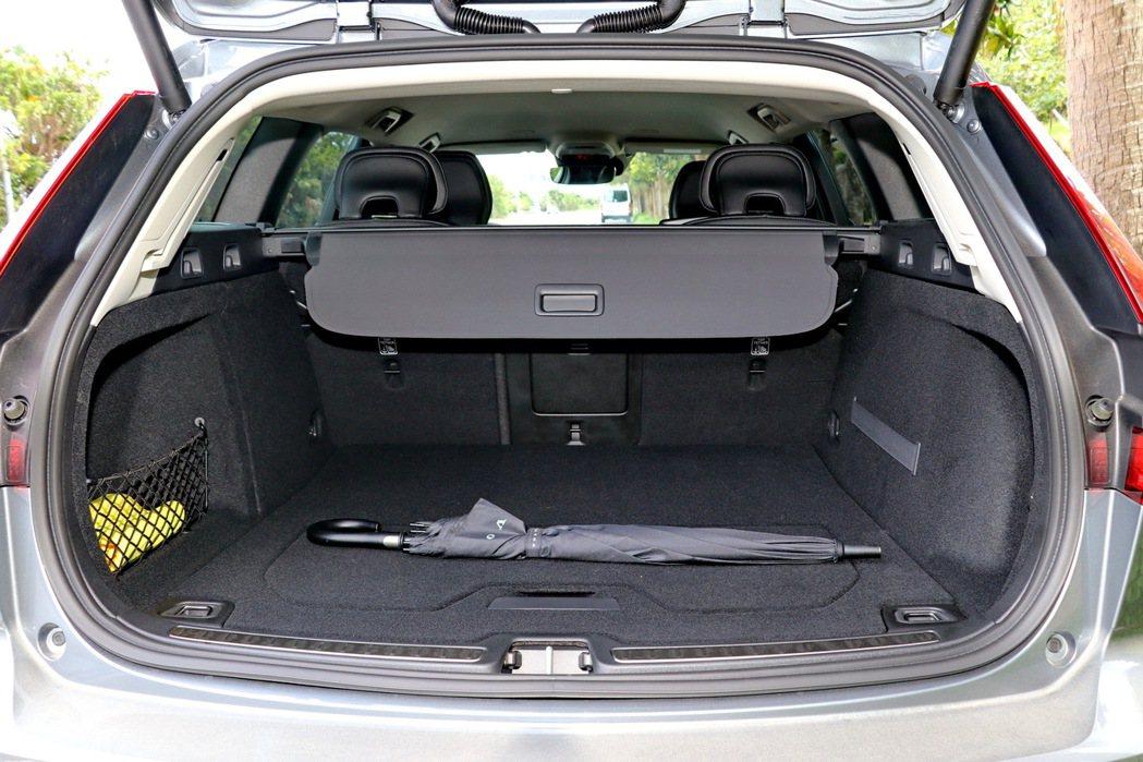 滿載五人的標準行李廂容積從前代車型的430公升,一舉進化為529公升。 記者陳威...
