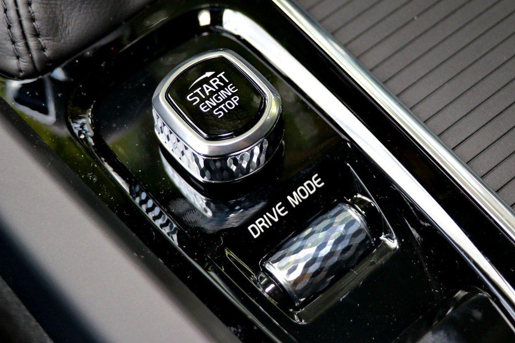 DRIVE MODE旋鈕提供駕駛人調整動態模式。 記者陳威任/攝影