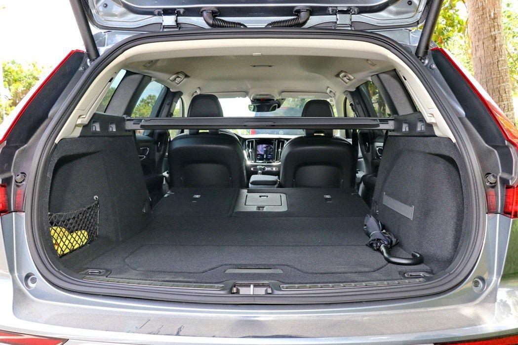 搭配後座椅背6/4分離設計,可以進一步擴增到1441公升。 記者陳威任/攝影