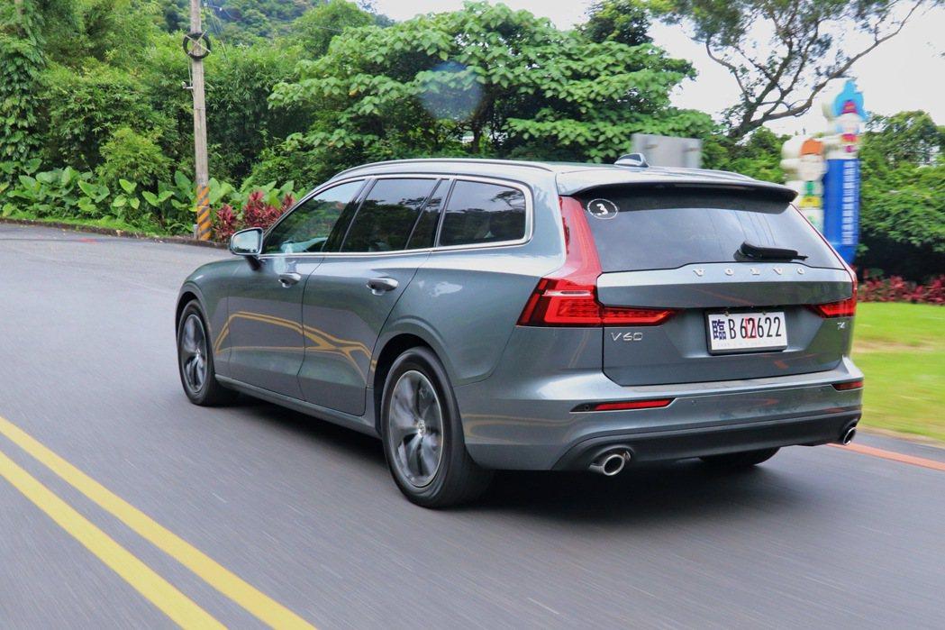 V60 T4 Momentum以低重心帶來更優於休旅車的駕馭樂趣。 記者陳威任/...