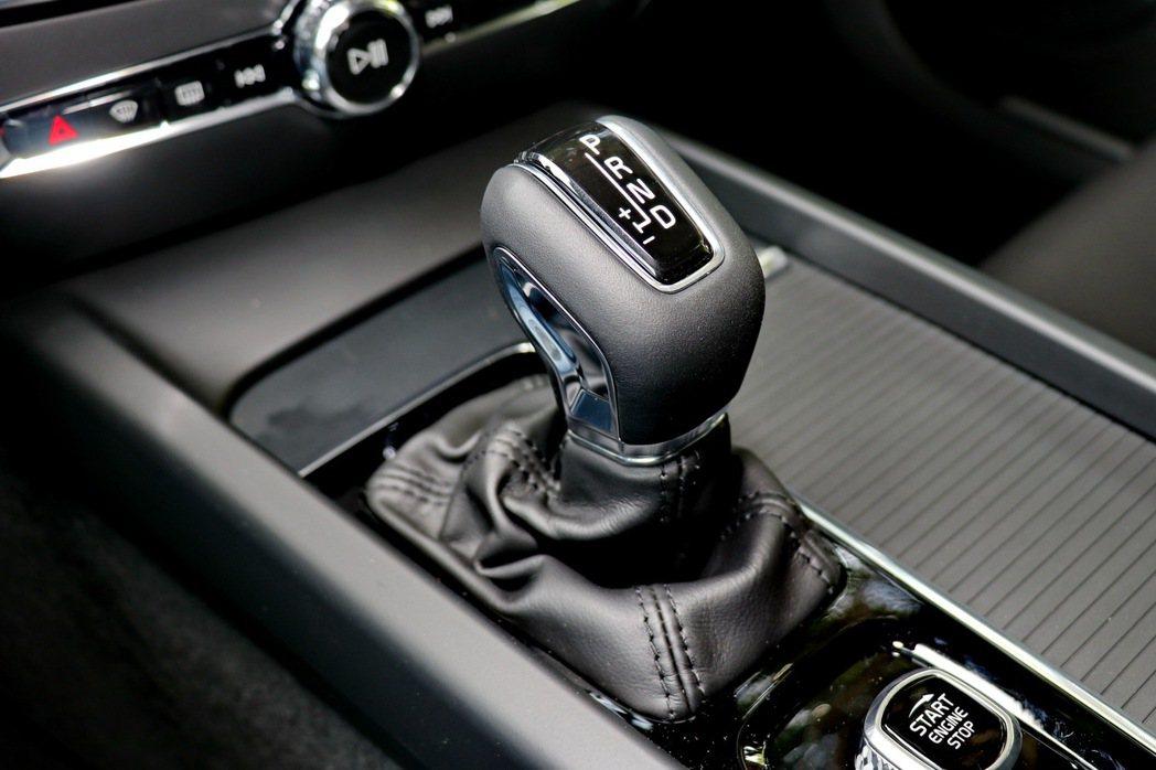 Geartronic 8速手自排變速系統。 記者陳威任/攝影