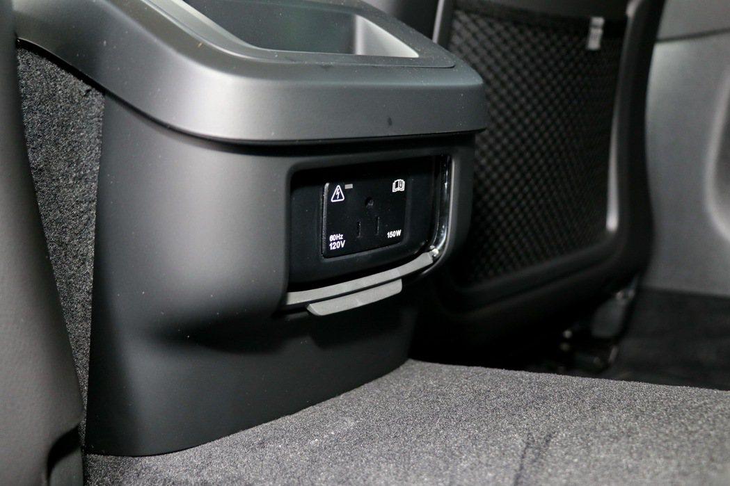 中央扶手後方更配備少見的120V電源插座。 記者陳威任/攝影