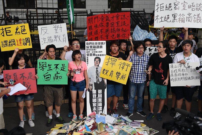 2015年的723佔領教育部行動,學生強烈反對臺灣高中歷史課綱微調。 圖/法新社