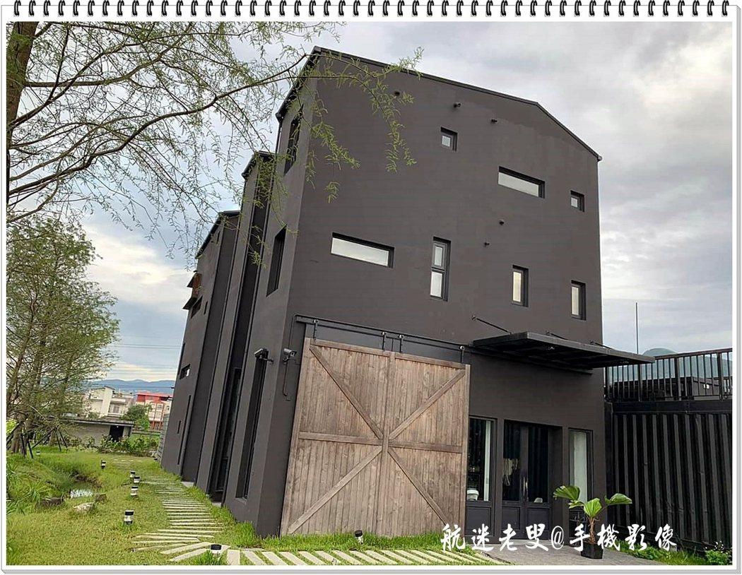 厚實的穀倉大門原木色彩有粗獷的風格,穀倉木門是拍照的最佳背景,一樓是咖啡店,樓上則是民宿在一片稻田中顯得突兀又吸晴。
