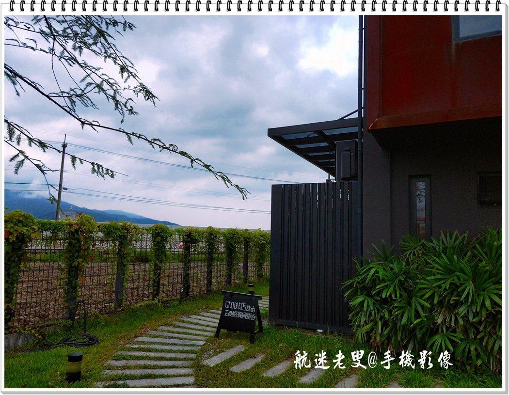 建築物以簡單的黑色隱身于農田中,幾何切割的斜屋頂外觀及不規則的矩形窗,在自然樸素中留下深刻的視覺印象。
