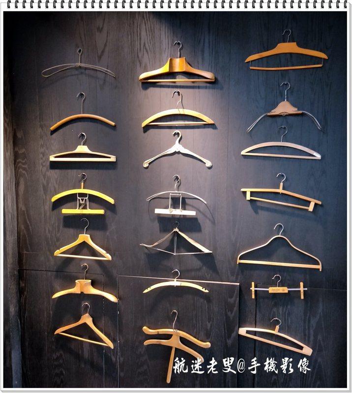 在進口處的牆上有限的空間上,掛著一些既熟悉又常使用的掛衣架,使得這面牆感覺就完全不一樣了,也許女主人還不能忘懷原本在義大利學習服裝設計的興趣。