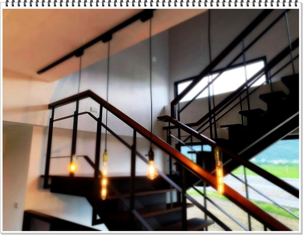 步上二樓整棟民宿每個房間採光良好,房間都三面臨窗,進入房間讓視覺有向外延伸的感覺。