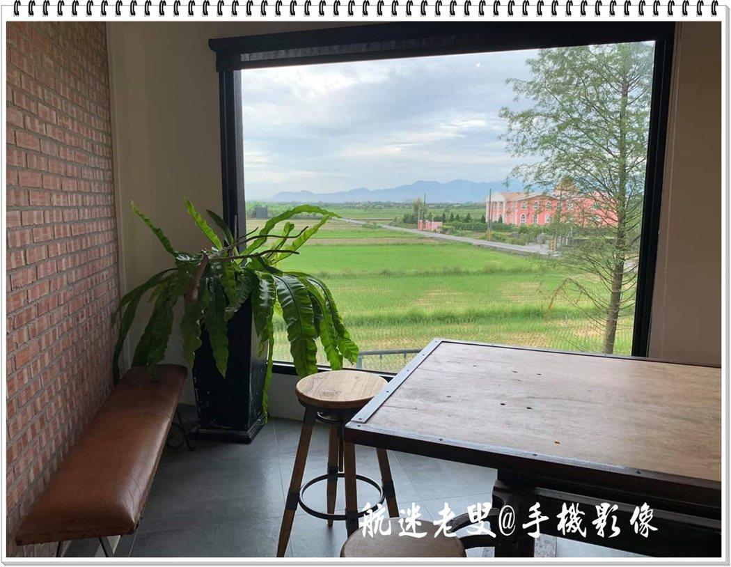 要欣賞礁溪的綠色風光,只要座在窗前,喝杯店主準備的咖啡 ,靜靜的遠眺,在這裡沒有密集的建築,只有無邊的綠色田野。