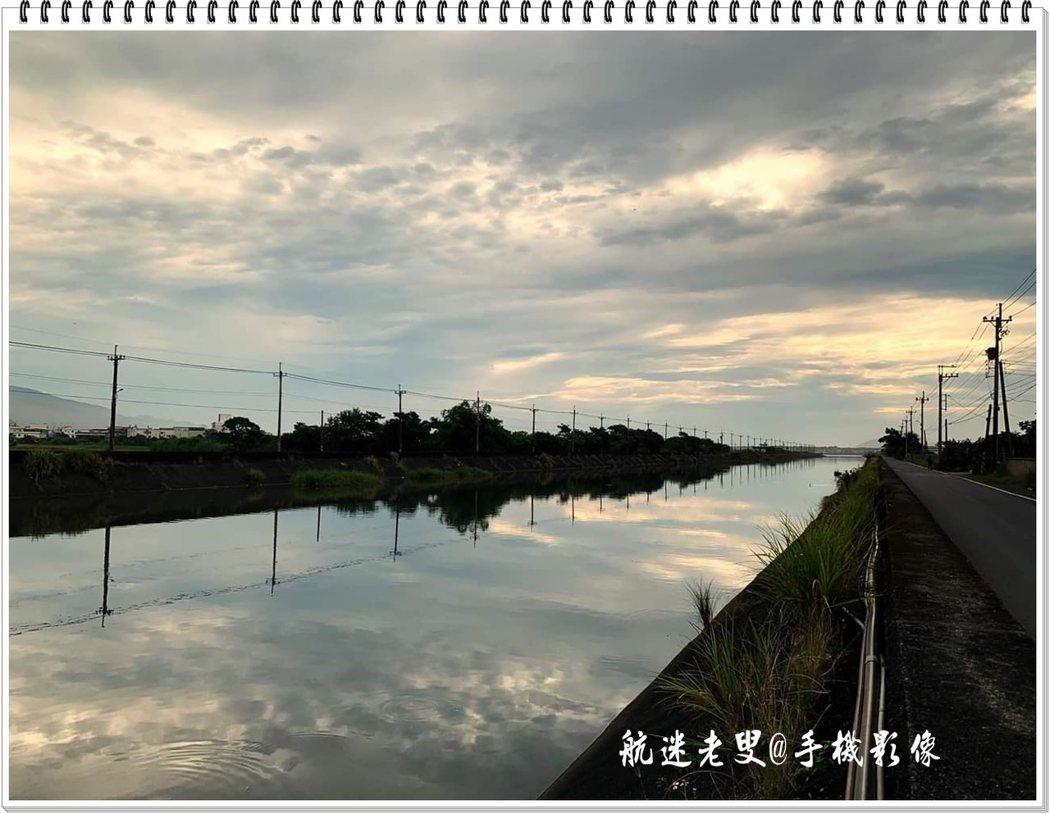 早上在附近晨運,走路可以慢一點,才可以感受這裡的靜謐,才可以聽到河流靜靜的流淌聲,天空的低低的雲彩倒映在河面上有種立體的感覺。