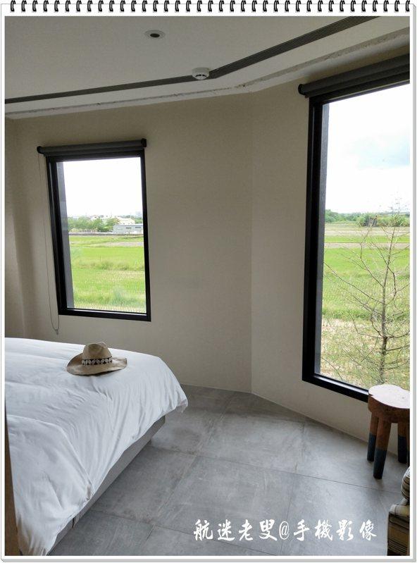 喜歡我的這間房有三面大面積玻璃窗,坐在窗前看風景,清晨陽光灑進室內的那一刻,睡到自然醒混身舒暢。