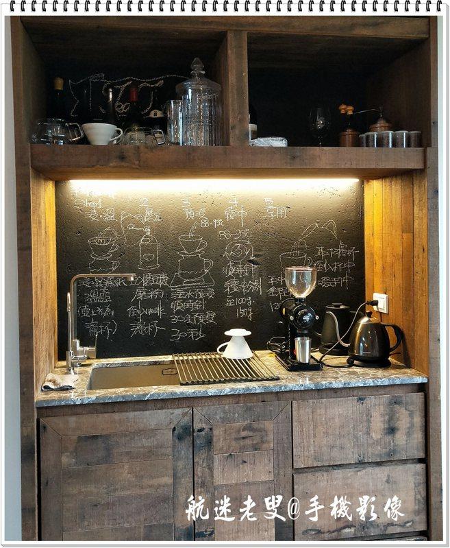 享受到店主準備的咖啡,可以親自挑選咖啡豆,用自己偏好的方式沖調,也可以依照牆上書寫的程序自己研磨沖泡。