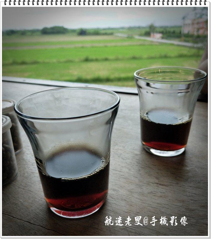 熱心的介紹幾種咖啡讓我們品嚐,當熱熱的咖啡端上來,在嗅覺上,就完全被征服,喝一口咖啡,好舒服好滿足~