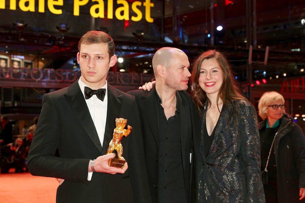 湯姆梅西耶(左)和「出走巴黎」導演那達夫拉匹(中)一起在柏林影展上領取獎座榮耀。