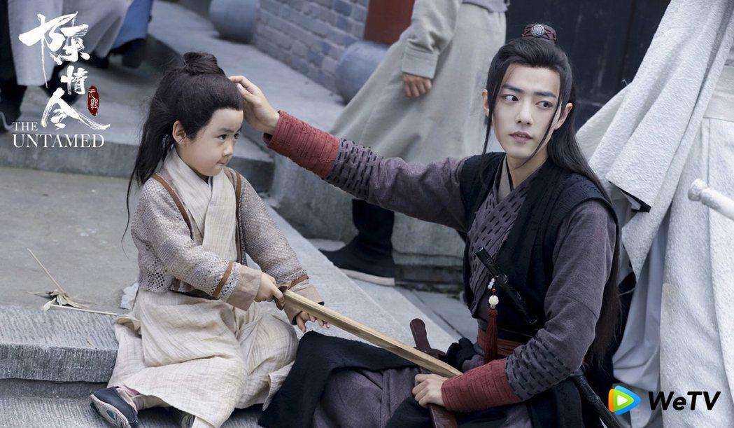肖戰(右)在「陳情令」打趣說是男童的親生父親。圖/WeTV提供