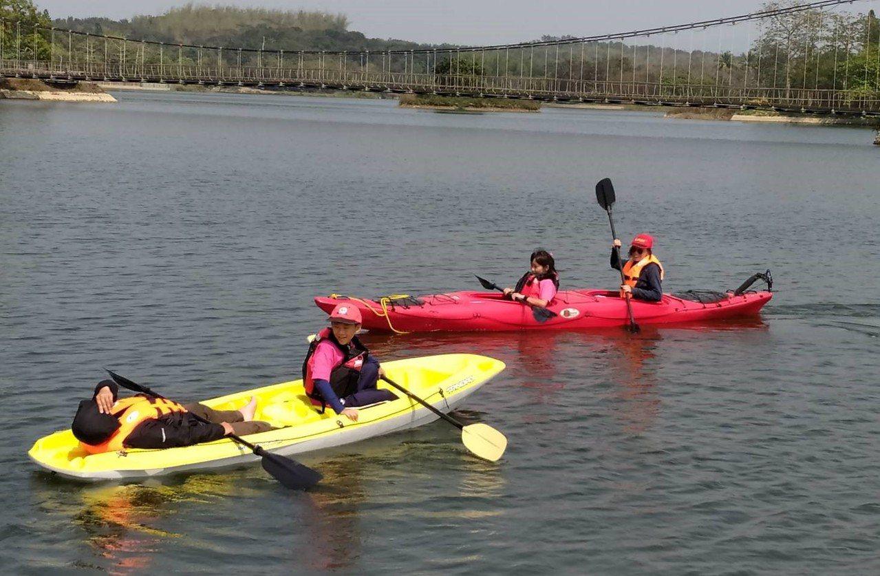 口埤實小在虎頭埤水域進行獨木舟課程。圖/口埤實小提供