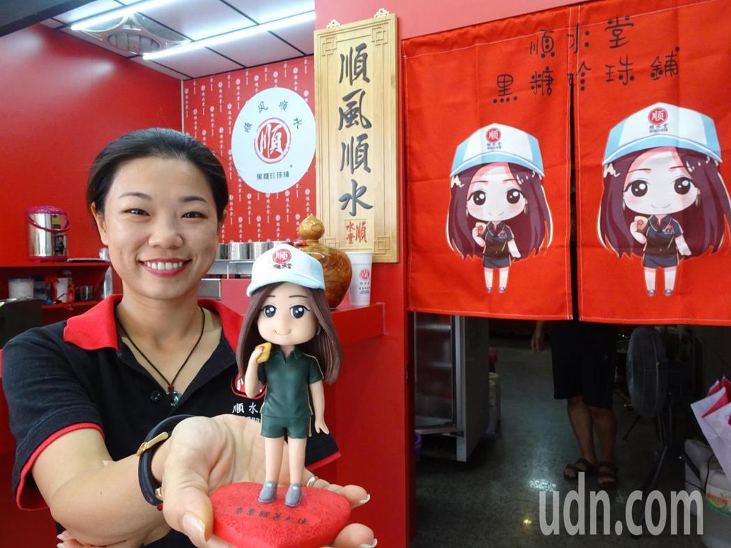裝甲部隊女班長退役的張奈鈺(右)8年前返屏東恆春家鄉投入廝殺激烈的手搖飲市場,去...