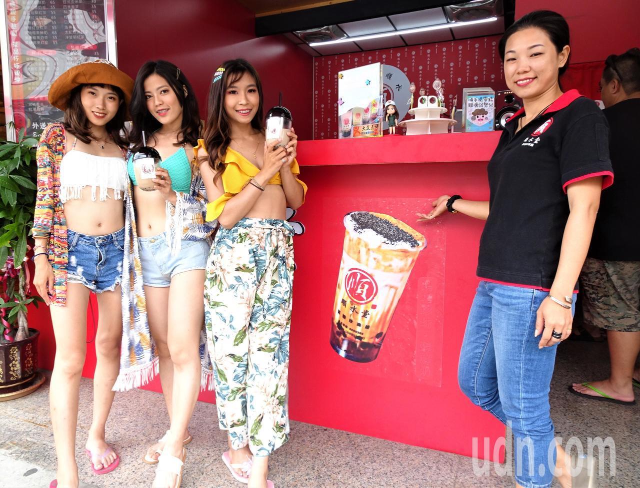 裝甲部隊女班長退役的張奈鈺(右)8年前返屏東恆春家鄉投入手搖飲市場,發現市場全被...