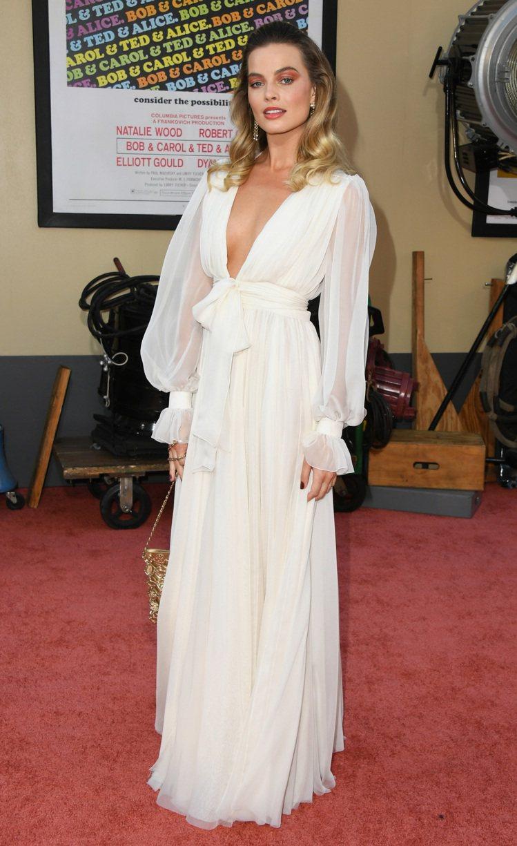 在《從前,有個好萊塢》洛杉磯首映會上,瑪格羅比以一身香奈兒雪白訂製薄紗繫帶褶飾洋...