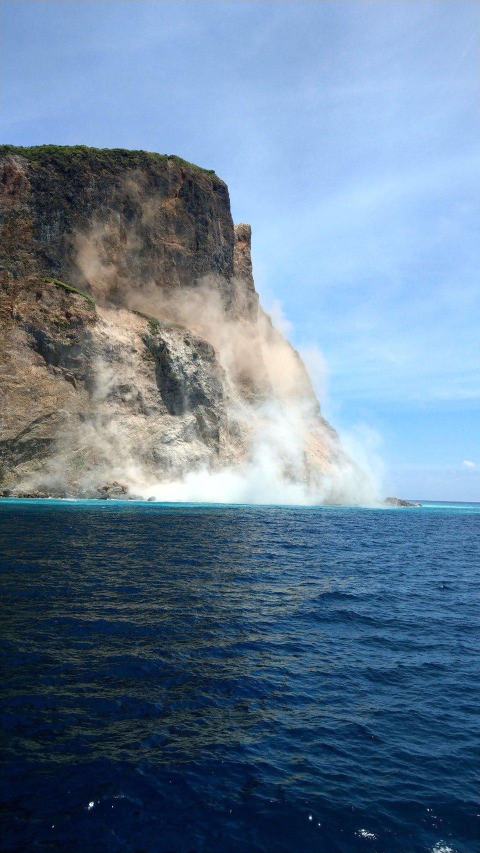 龜山島崩塌影像曝光, 由於崩塌嚴重,瞬間掀起揚塵,龜首少了一角。 圖/東北角提供