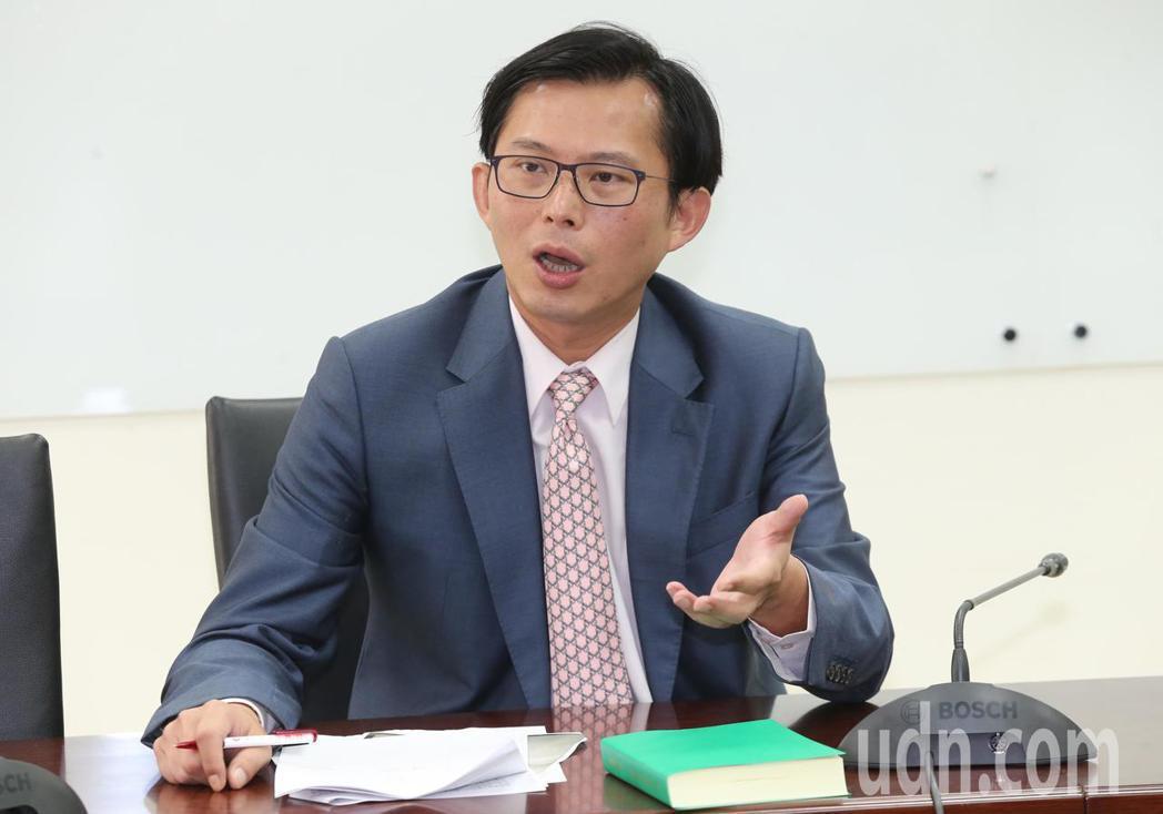 時代力量立委黃國昌上午在立法院表示,5輛載送私菸的貨車,不是國安局的,是總統府的...