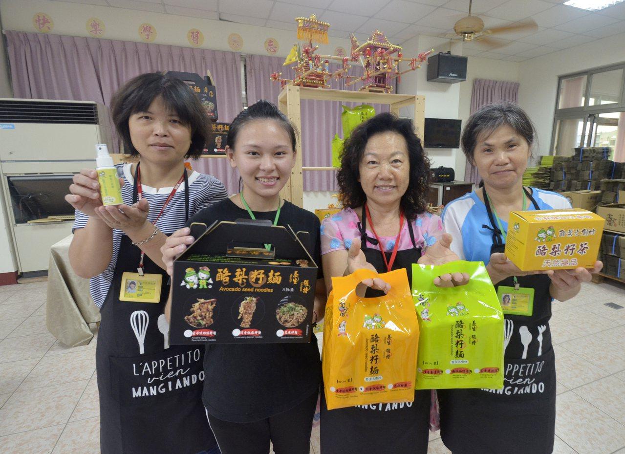 王盈穗(左2)帶領3位多元同仁拚業績,希望幫社區轉型成社會企業,改善農民生活。記...