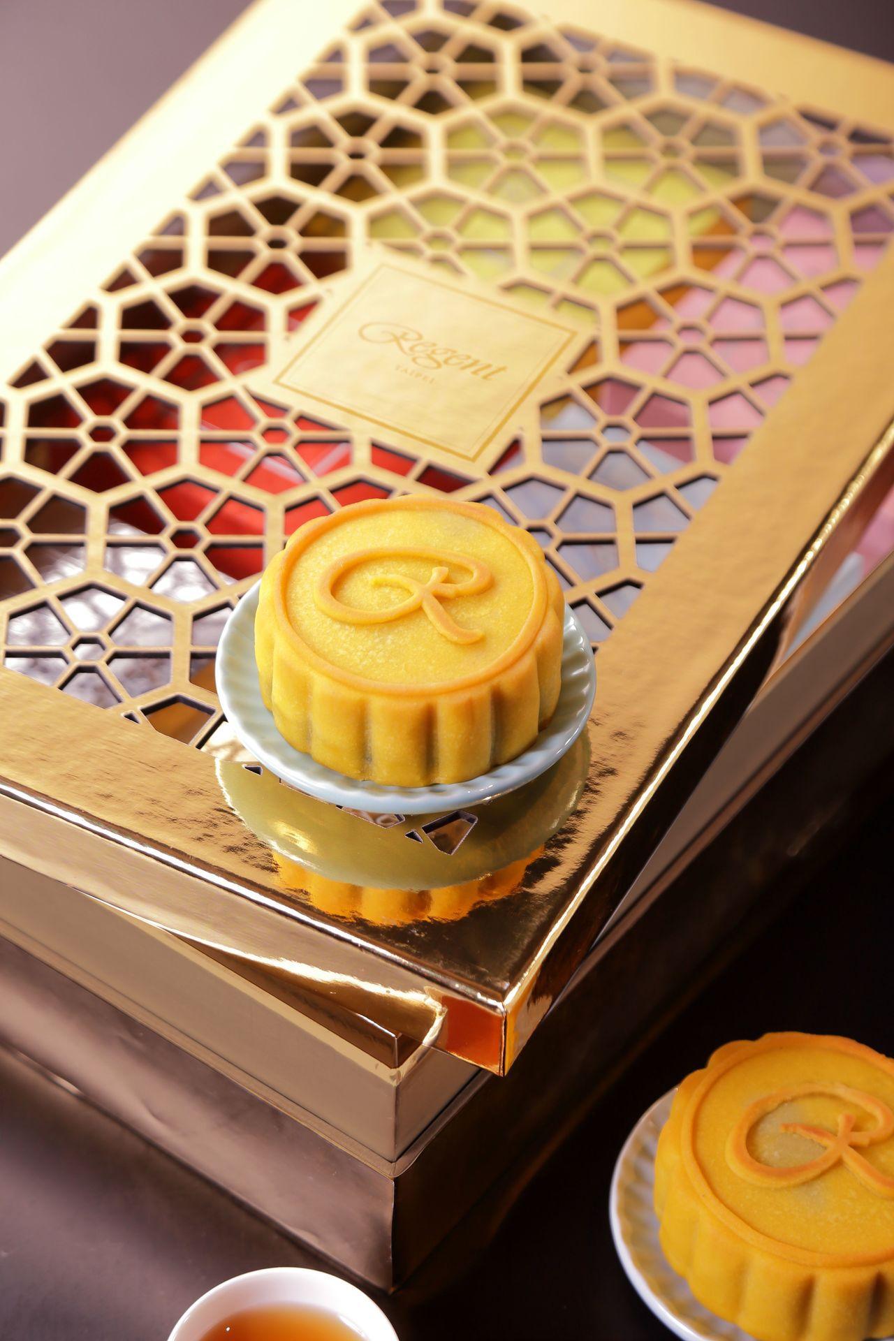 「賞月茶.桃山月餅」以日式桃山餅皮搭配台灣好茶內餡,文創而又充滿質感。 圖/晶...
