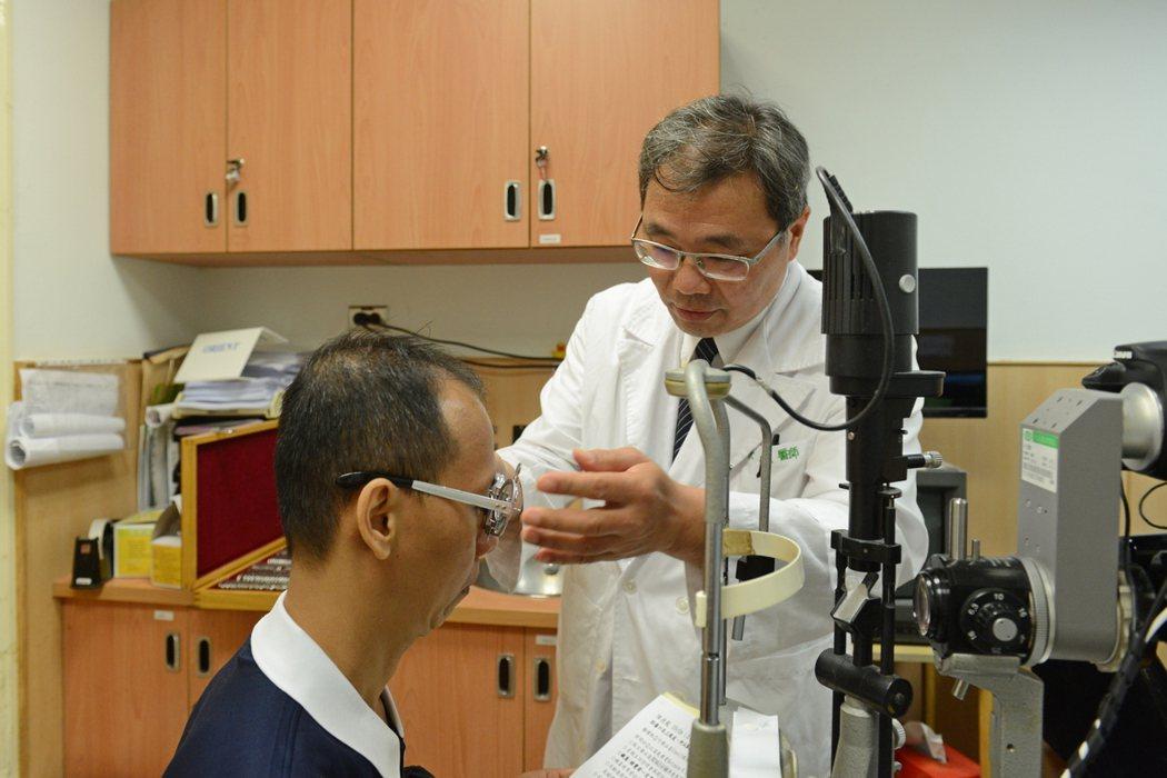眼科部主任徐維成說,20歲以上近視度數顯著增加者,應考量罹患白內障的可能,需儘速...