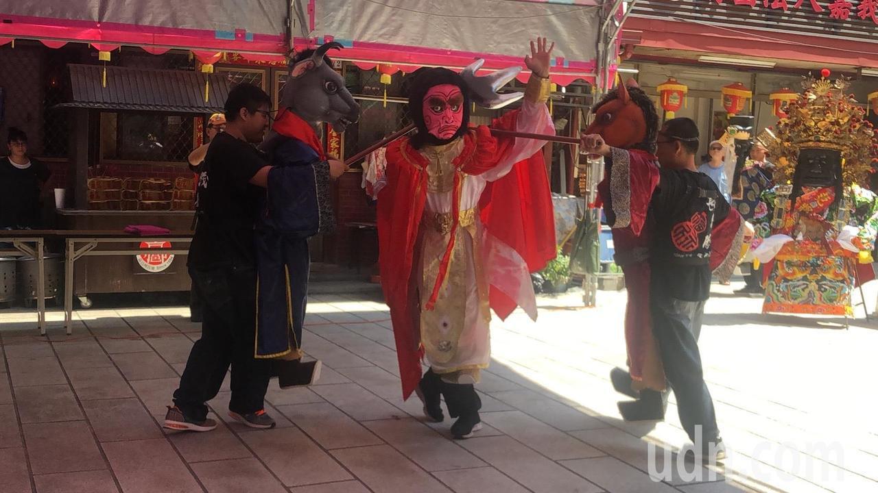 今年夜巡邀請長義閣掌中劇團,操作160公分超大型的布袋戲偶,以「人偶合一」融入民俗藝陣。記者李承穎/攝影