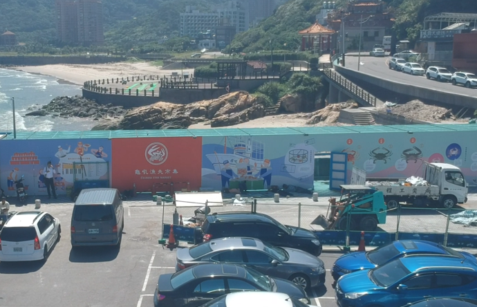為了讓民眾更加了解在地特產及文化,並結合當地特產,市府在海堤旁設置龜吼漁港故事牆...