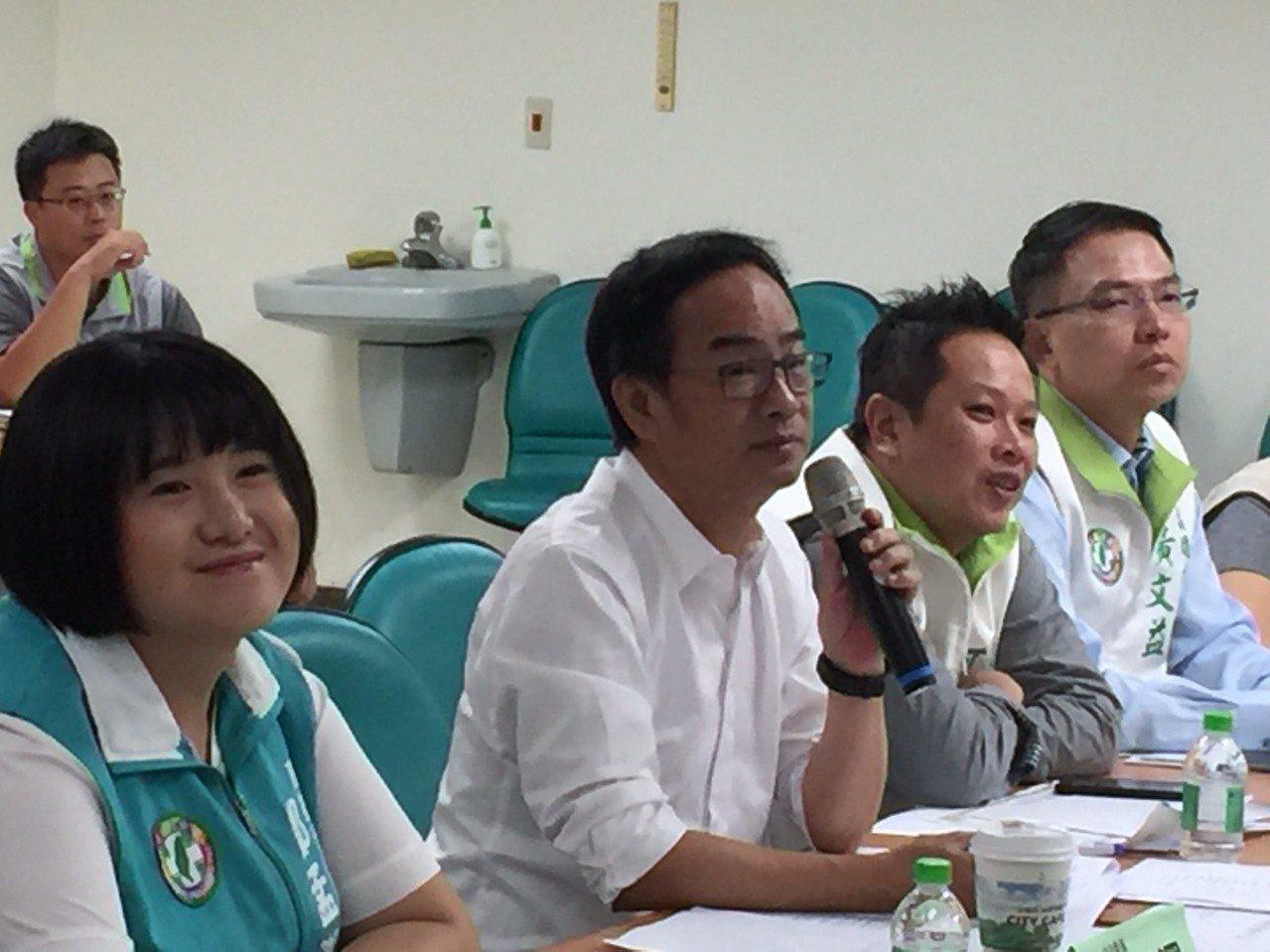 立委李昆澤(左二)和高雄市議員鄭孟洳(左一)、何權峰(左三)、黃文益(右一)今天...