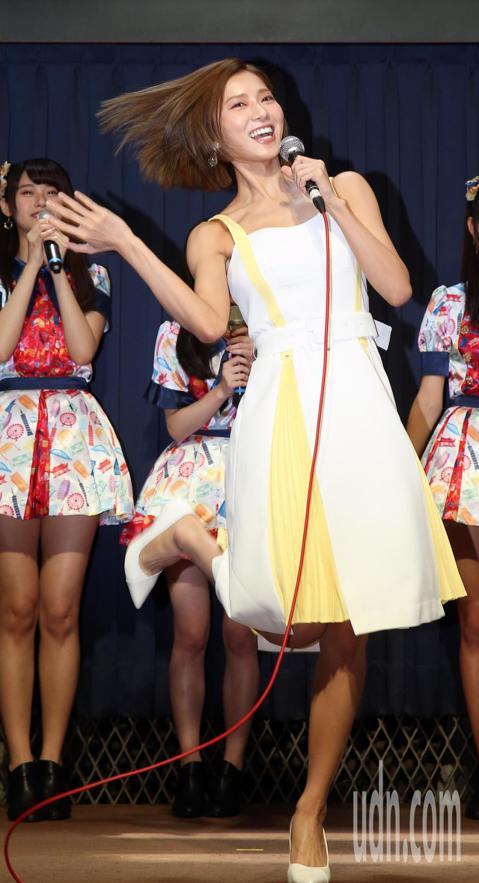 AKB48 Team TP下午在西門町舉辦發片記者會,大家長陳子鴻和蔡黃汝到場祝福。 蔡黃汝提攜後輩,驗收小女生們在儀態、口條和女人味上的訓練成果。