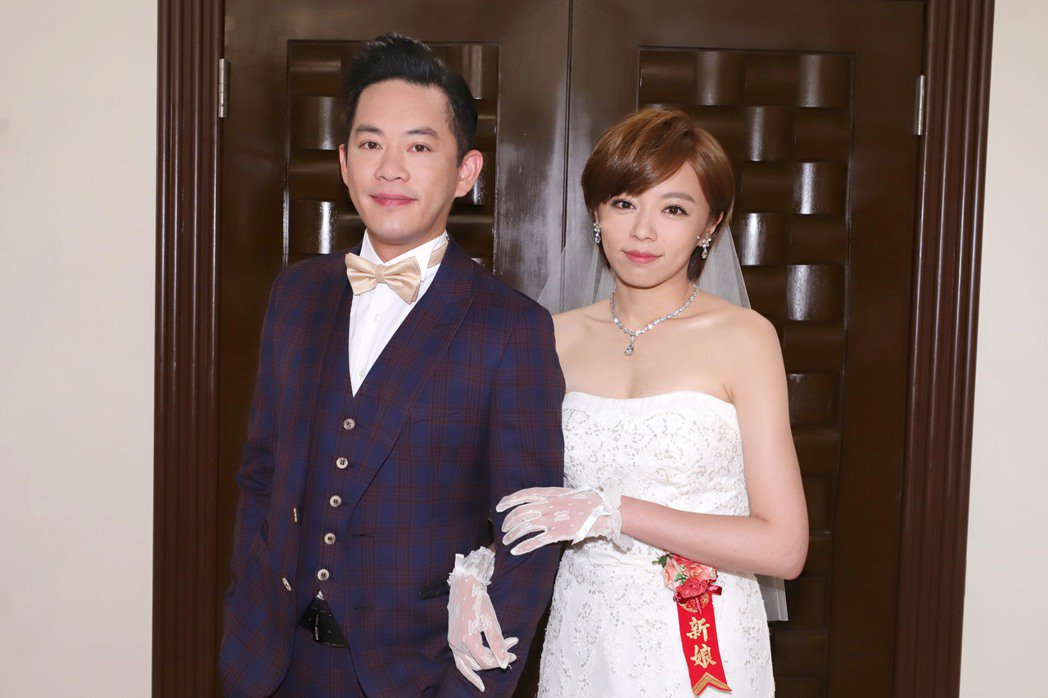 王瞳(右)在「大時代」中披婚紗,改嫁韓宜邦  圖/民視提供