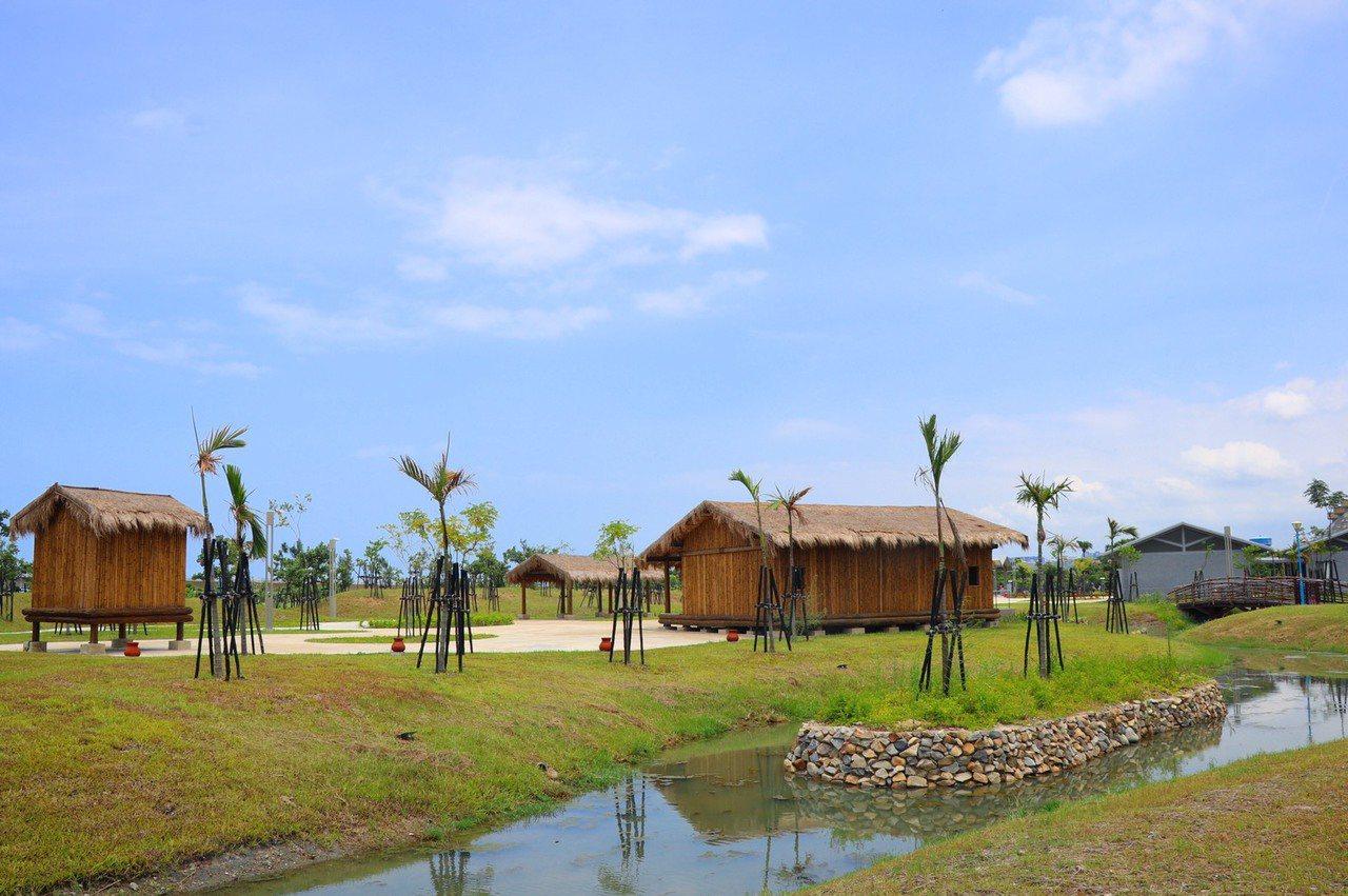 新北考古公園有別於一般公園,將八里及十三行文史融入其中,用天然茅草、竹子打造出干...
