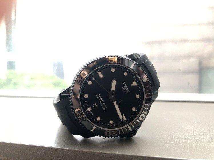 天梭表Seastar 1000海星系列自動款潛水腕表,從表圈、表殼、表盤和表帶都...